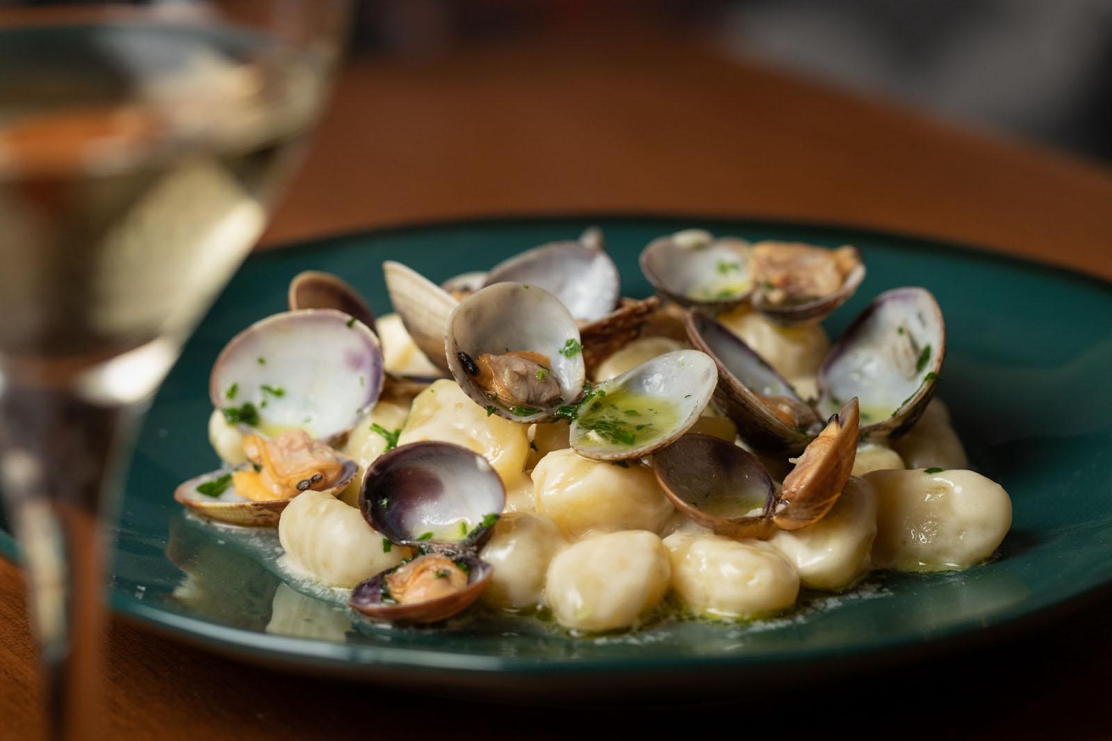 Chicche di patate mantecate con fonduta di Vastedda del Belice e vongole veraci